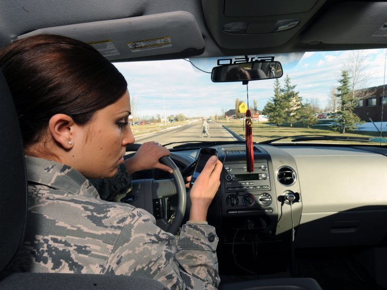 Förbud mot mobil i bilen – Vad säger lagen?